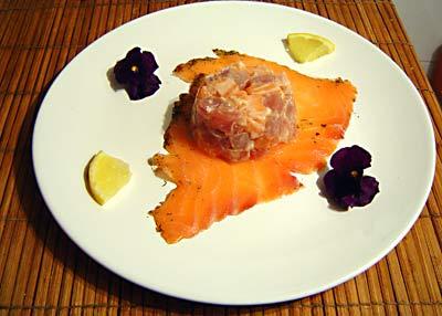 duo van gerookte zalm en tonijntartaar met eetbare viooltjes